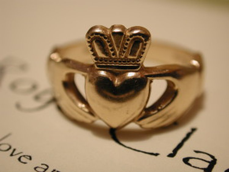 The Claddagh Ring – This is My Heart Which I Give to You Crowned With My Love